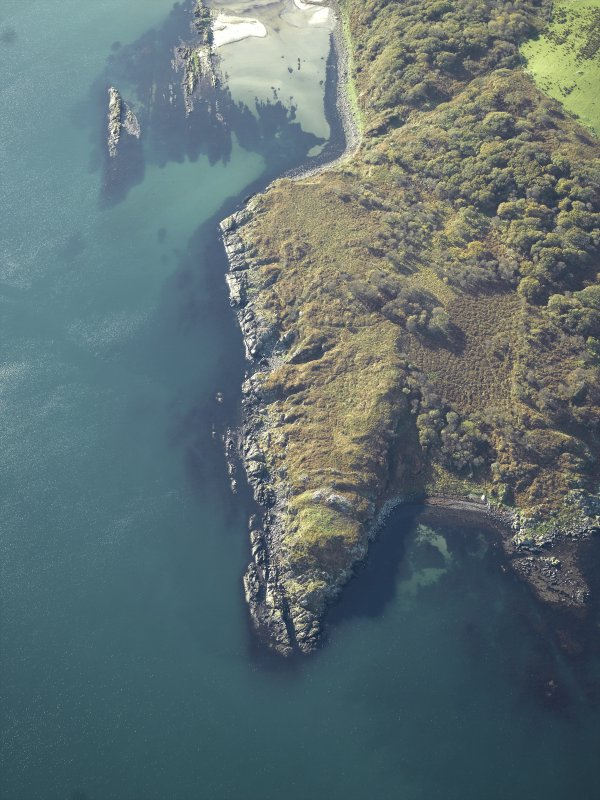 General oblique aerial view centred on the remains of the fort, taken from the NE.