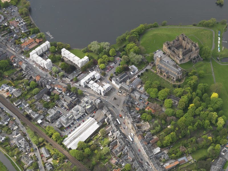 General oblique aerial view centred on the Palace and parish church with the High Street adjacent, taken from the SE