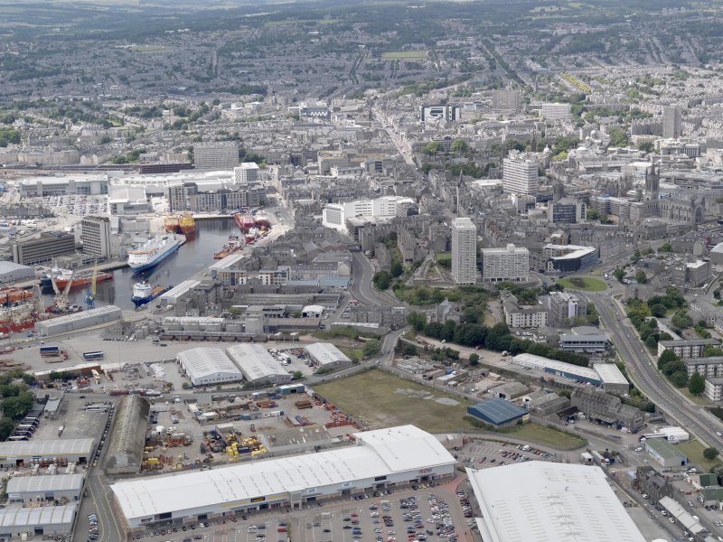 General oblique aerial view of Aberdeen, looking to the SW.