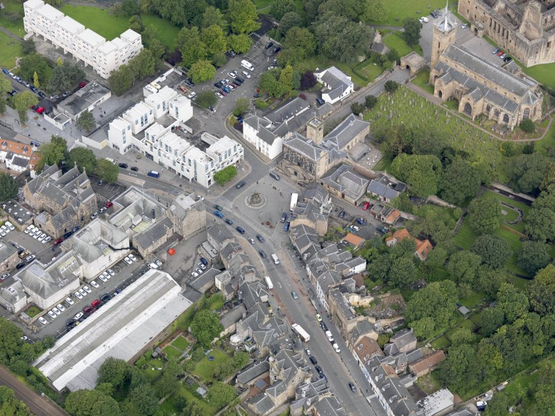 Oblique aerial view of Linlithgow High Street, centred on the market cross, taken from the SE.