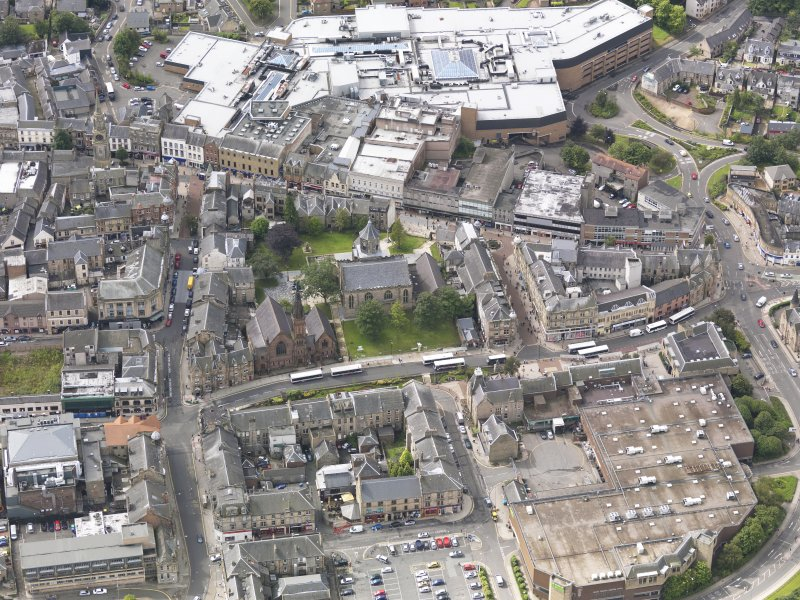 Oblique aerial view of Falkirk Old Parish Church and St Andrew's Church, taken from the NNE.