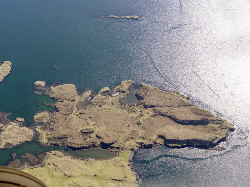 Oblique aerial view of the remains of the fish traps and lazy beds at Fiadhairt, near Dunvegan, Isle of Skye, taken from the NE.
