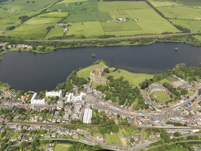 General oblique aerial view of Linlithgow centred on Linlithgow Palace, taken from the SSE.