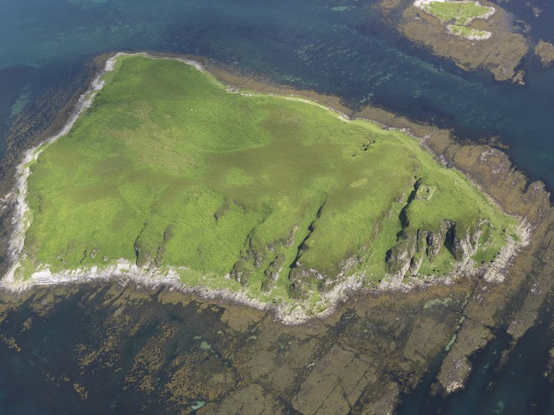Oblique aerial view of Am Fraoch Eilean and Claig Castle, looking NNE.