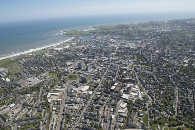 General oblique aerial view of Aberdeen centred on Aberdeen Harbour, looking to the SE.