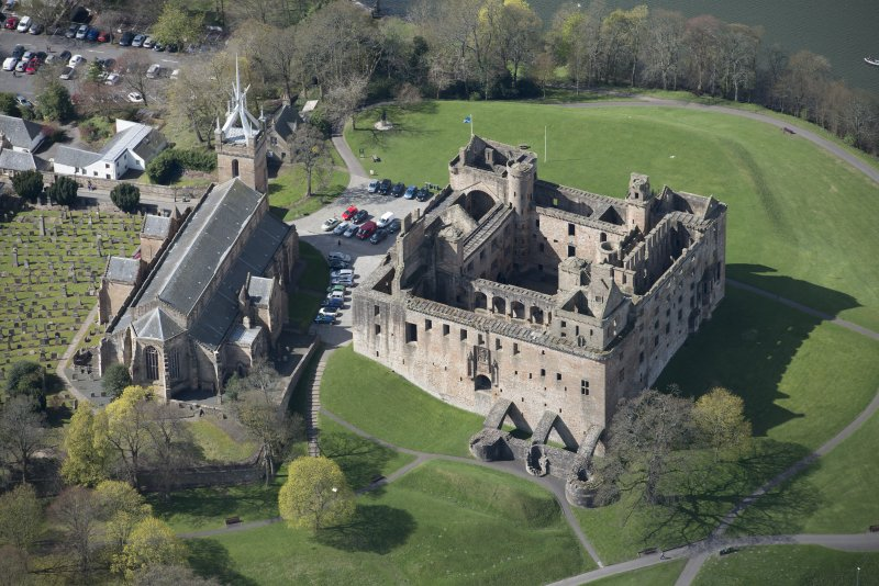 Oblique aerial view of Linlithgow Palace and St Michael's Church, looking SW.