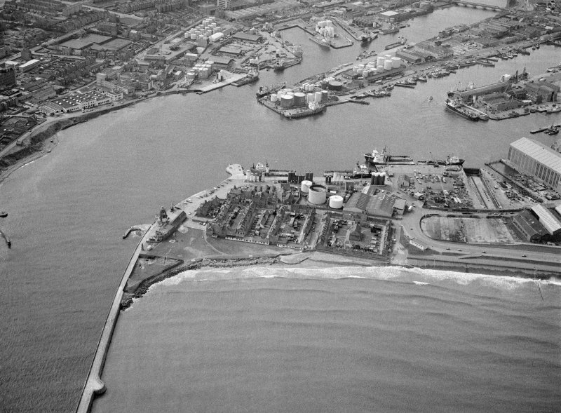 General oblique aerial view centred on Aberdeen harbour, looking to the SSW.