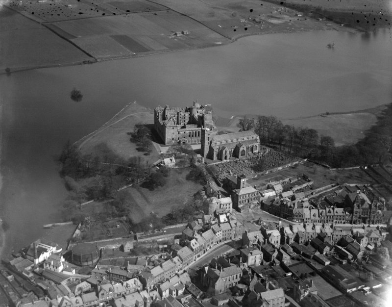 Linlithgow Palace, St Michael's Church and Loch.  Oblique aerial photograph taken facing north.