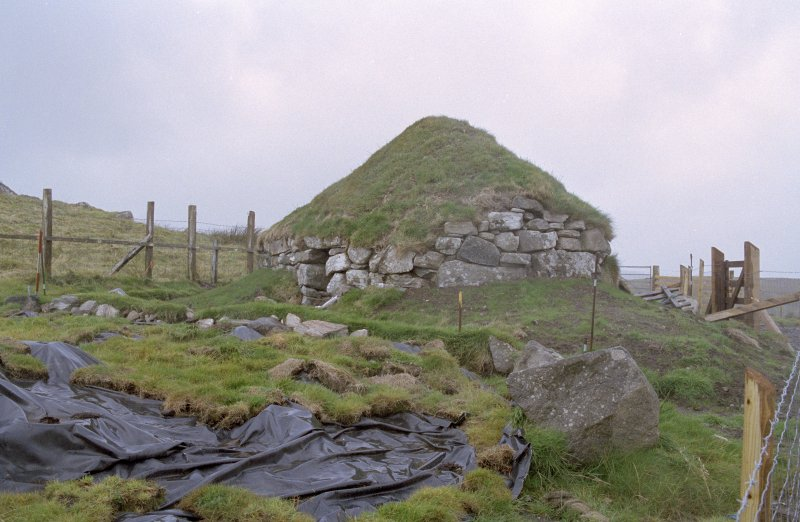 General view of Cnoc Dubh shieling hut.