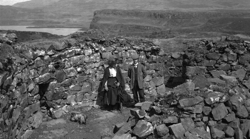 Dun Fiadhairt, view of interior with two figures.