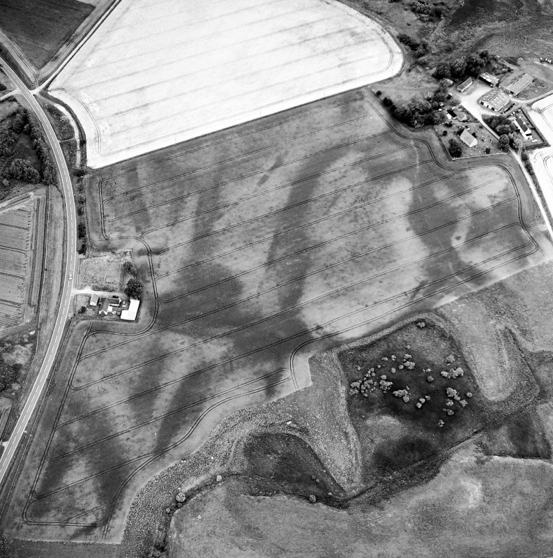 Oblique aerial view centred on the cropmarks of the possible pit-defined enclosure, pits, linear cropmarks and promontory fort with church, mausoleum and cemetery adjacent, taken from the WNW.