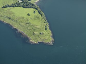 General oblique aerial view centred on the remains of the castle, taken from the SW.