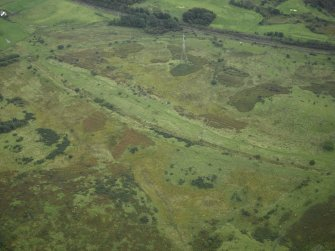 General oblique aerial view centred on the site of the Roman fort and the course of the Antonine Wall, taken from the WNW.