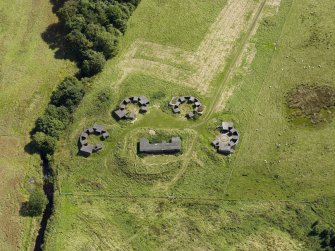Oblique aerial view centred on the anti-aircraft battery, taken from the NW.