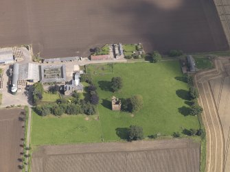 General oblique aerial view of Braikie Farm, centred on  Braikie Castle, taken from the SW.