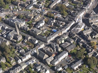 General oblique aerial view of Lanark High Street centred on St Nicholas Church, taken from the SW.