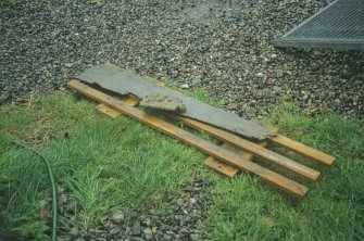Lifting-pallet bearing an abraded timber to which a concretion is attached. (Colin Martin)