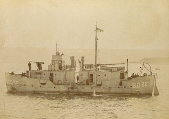 Uncaptioned photograph of a ship. B.D. 32, boom defence vessel, BD-series. Sister ship to that in PA 254/37V