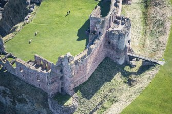 Oblique aerial view of the Douglas Tower and the Mid Tower at Tantallon Castle, looking SSE.