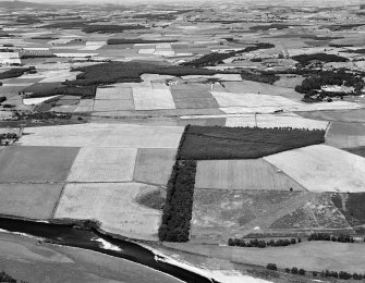 Oblique aerial view centred on the cropmarks of the Roman Temporary Camp at Normandykes, looking to the N.