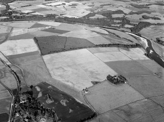 Oblique aerial view centred on the cropmarks of the Roman Temporary Camp at Normandykes, looking to the SSE.