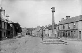General view of Kincardine, High Street with Market Cross in foreground. Scanned from glass plate negative. Original envelope annotated by Erskine Beveridge 'Cross Kincardine'