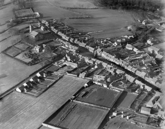 Clackmannan, general view, showing Tolbooth and Parish Church.  Oblique aerial photograph taken facing north-west.