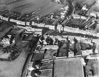 Clackmannan, general view, showing Tolbooth and Mercat Cross.  Oblique aerial photograph taken facing north.