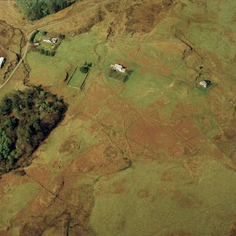 Oblique aerial view centred on the old manse with the barn, remains of the walled garden and remains of the township adjacent, taken from the SE.