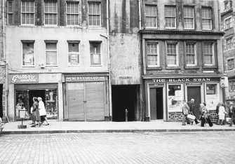 General view of No 197; entrance to No 199, Fleshmarket Close; and Nos 205 and 207