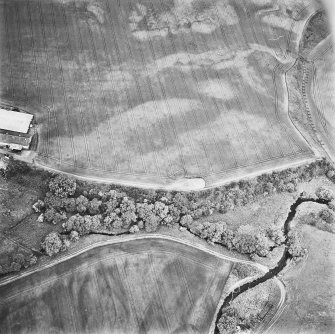 Leadketty, oblique aerial view, taken from the SSE, centred on the cropmarks of an enclosure, a possible enclosure, pits and parts of a pit-defined enclosure.