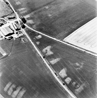 Bandoch, oblique aerial view, taken from the SE, centred on the cropmarks of a round house. Another round house and rig is visible in the bottom left-hand corner of the photograph.
