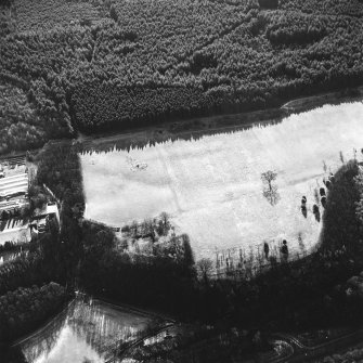 Kinneil, oblique aerial view, taken from the NNW, centred on the section of the Antonine Wall running adjacent to Old Kinneil Kirk.