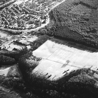 Kinneil, oblique aerial view, taken from the NW, centred on the section of the Antonine Wall running adjacent to Old Kinneil Kirk.