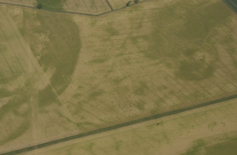 Oblique aerial view of the cropmarks of pit-defined cursus, pits and rig taken from the SSW.