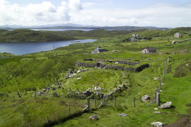 Black houses to S of broch