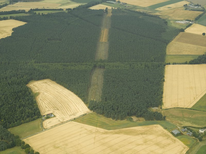 Oblique aerial view centred on the cropmarks and the remains of the cursus monument, taken from the SE.