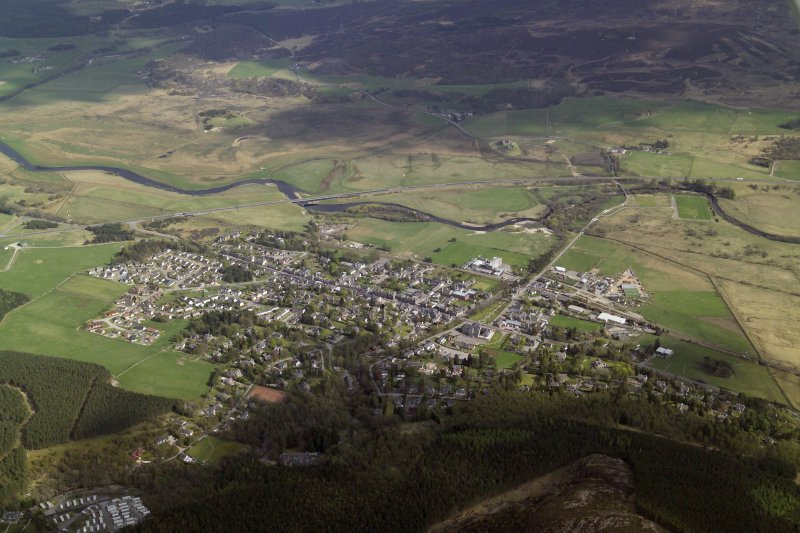 General oblique aerial view of Kingussie centred on the hotel with the remains of the barracks adjacent, taken from the NW.