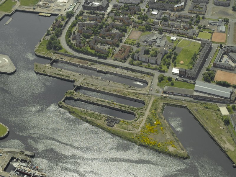 Oblique aerial view centred on the docks, taken from the N.