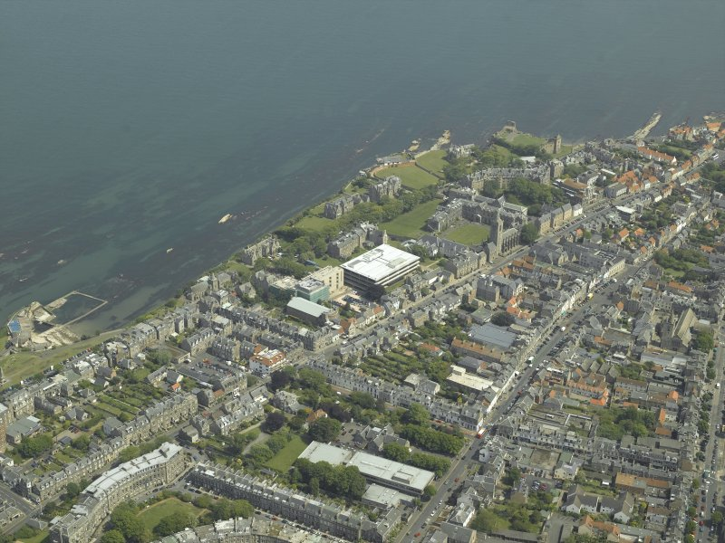 General oblique aerial view of the town centred on the churches and colleges, taken from the SW.