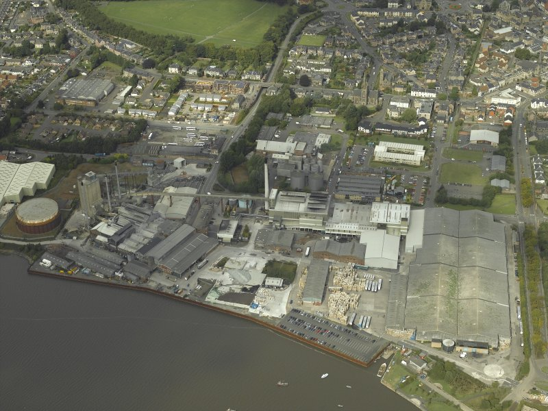 Oblique aerial view.  Alloa Glass Works, gasholder and harbour from S.