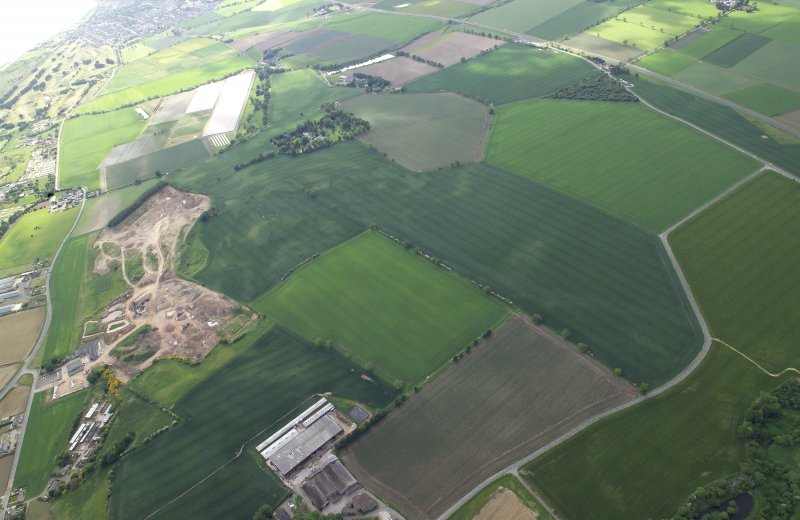 General oblique aerial view centred on the cropmarks of the possible enclosure and rig with the country house and cropmarks of the possible souterrain adjacent, taken from the ENE.