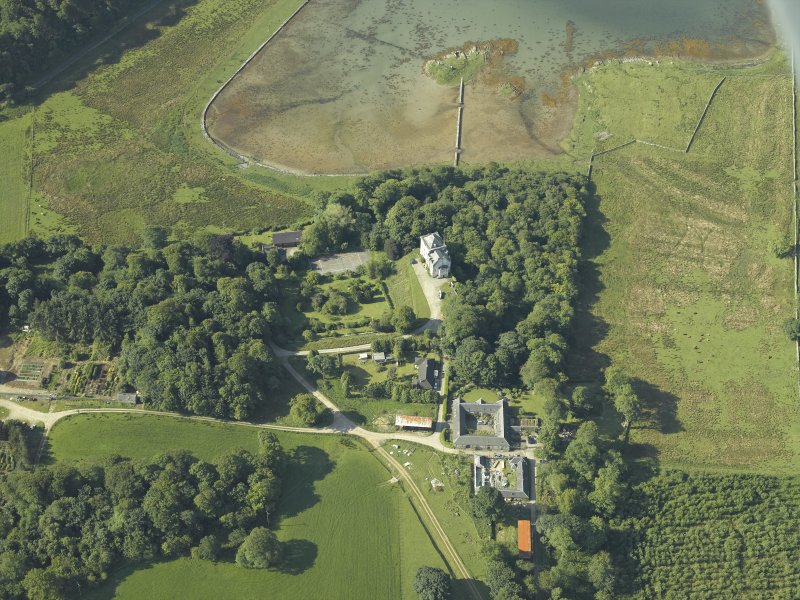 Oblique aerial view centred on the castle and the farmstead, taken from the N.
