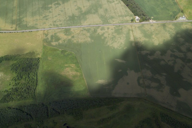 Oblique aerial view centred on the cropmarks of the pits and frost wedges with the cropmarks of the possible enclosure and pits adjacent, taken from the S.