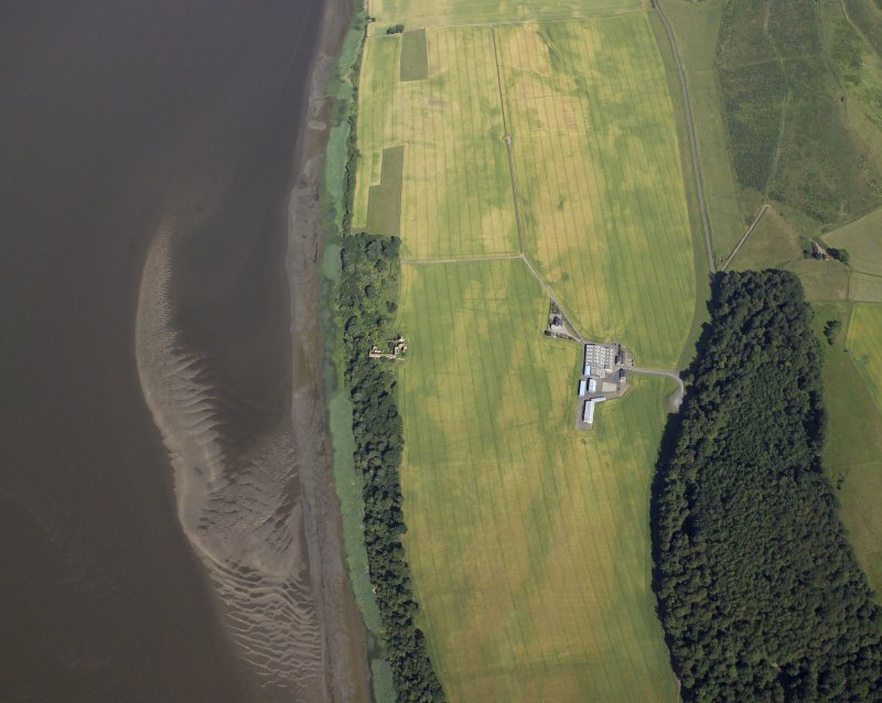 Oblique aerial view centred on the cropmarks of the enclosures and field boundaries with the farmhouse, farmsteading and remains of the castle adjacent, taken from the WSW.
