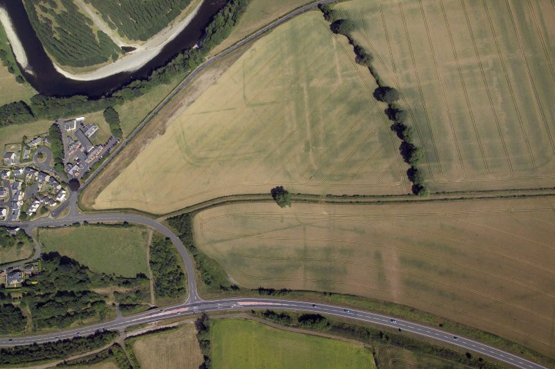 Oblique aerial view centred on the cropmarks of the Roman fort and fort annexe, taken from the S.