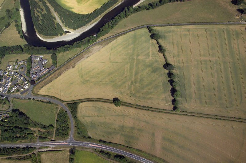 Oblique aerial view centred on the cropmarks of the Roman fort and fort annexe, taken from the SSE.
