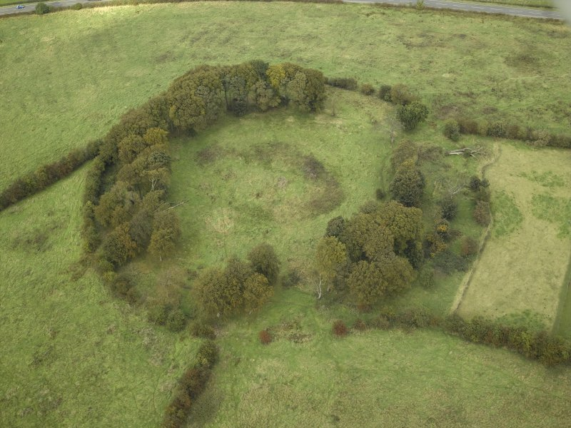 Oblique aerial view centred on the course of the Antonine Wall and the site of the adjoining Roman fort and possible Roman fortlet, taken from the SSW.