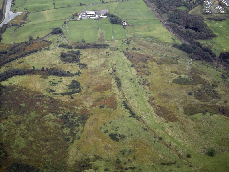 General oblique aerial view centred on the site of the Roman fort and the course of the Antonine Wall with the canal basin and site of the possible Roman fortlet adjacent, taken from the W.