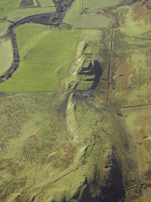 General oblique aerial view centred on the remains of the fort and the township, taken from the NE.
